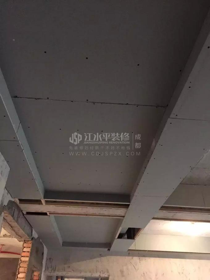 成都和贵久居福小邓家装修吊顶和贴砖施工
