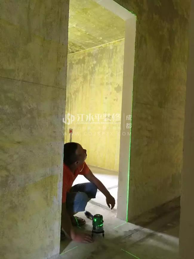 木工师傅张武提前用红外线检测门窗尺寸大小是否一致