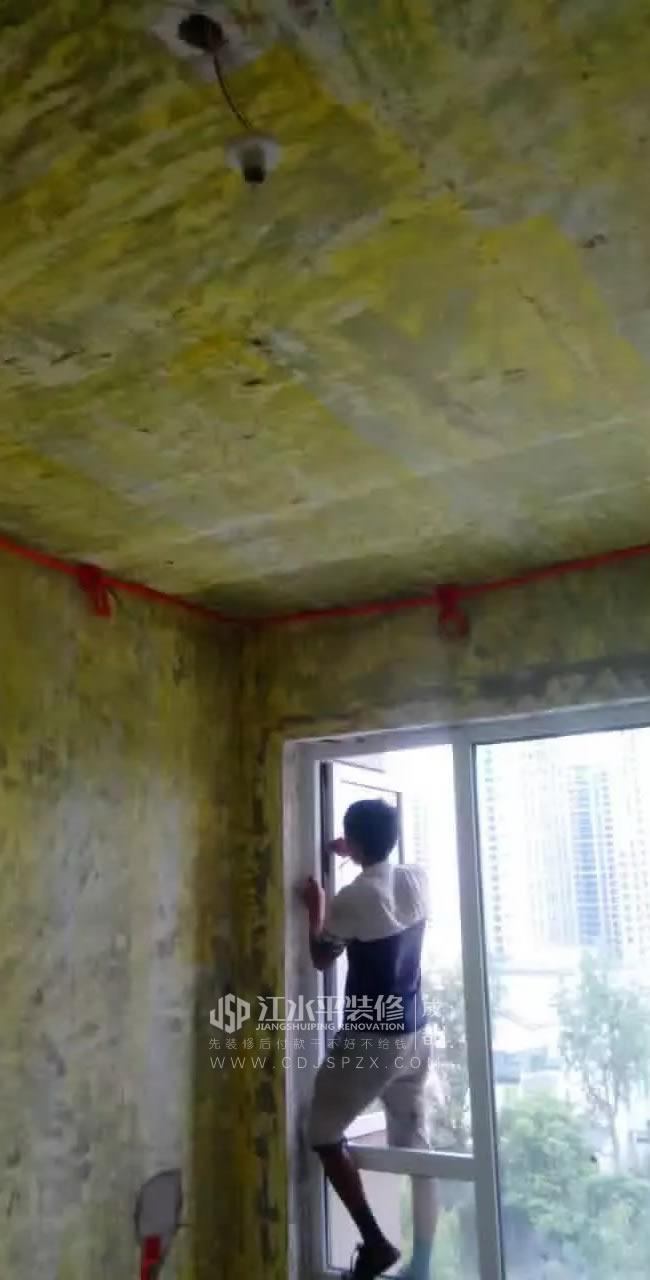 成都保利锦湖林语水电工郭小辉正在施工中