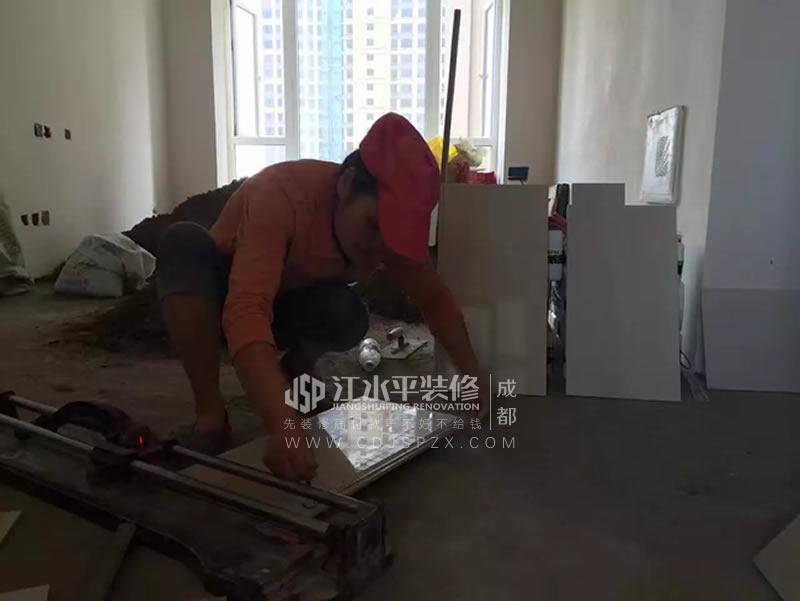 泥工陈建平夫妇正在贴张先生家厨卫加工砖